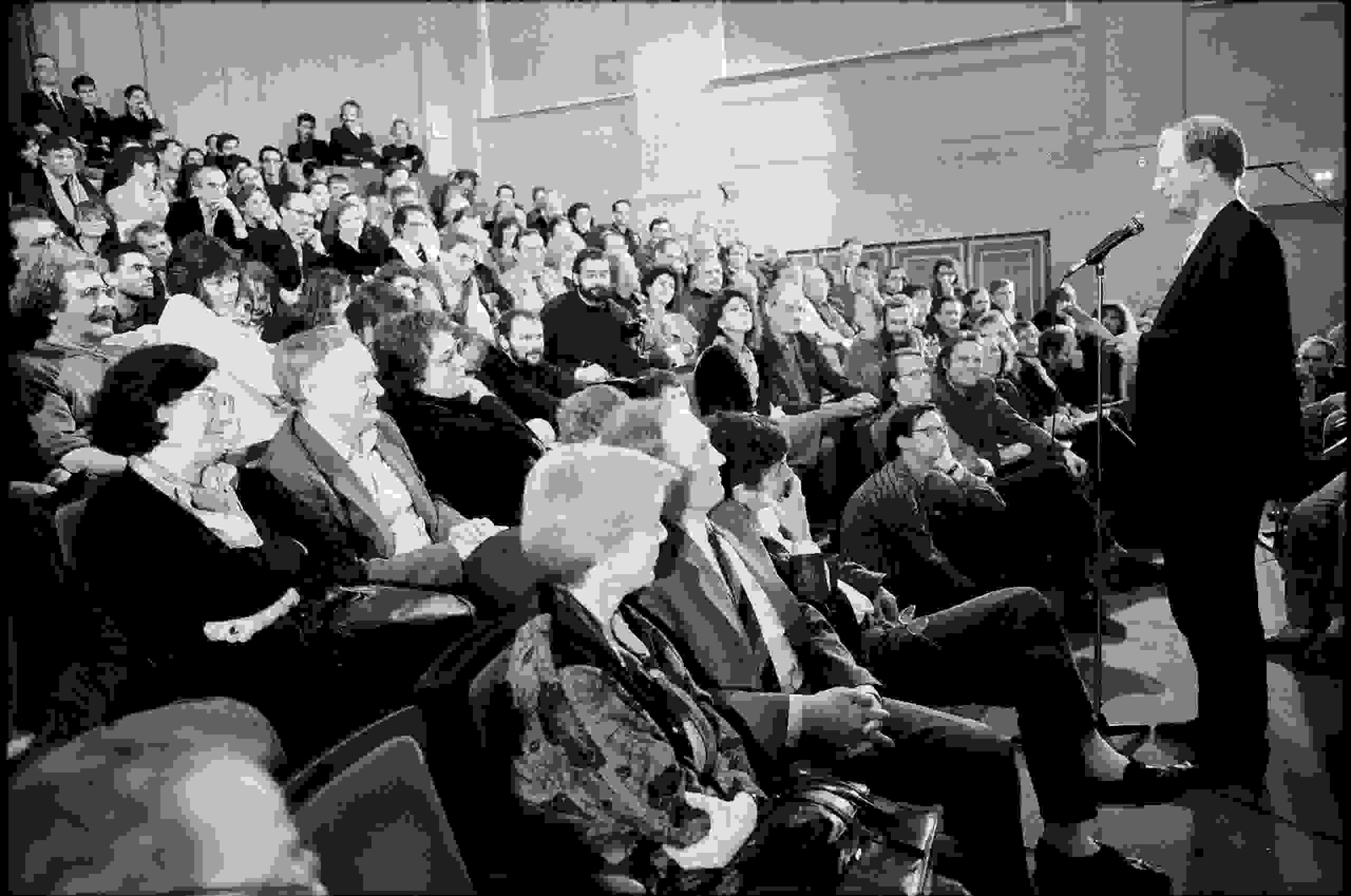 Klaus Staeck bei einer Rede im Plenarsaal der Akademie der Künste, Ost-Berlin 1989