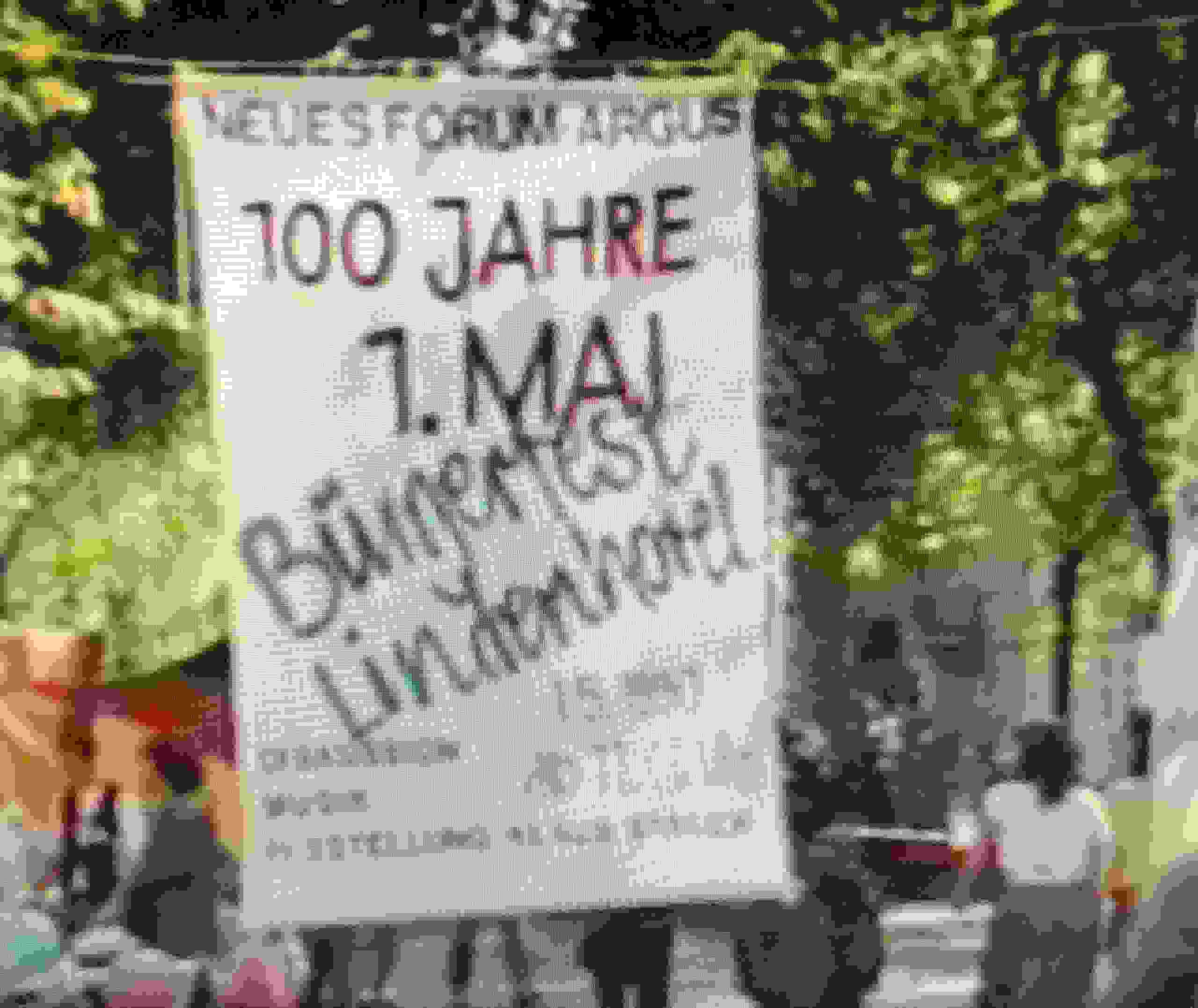 Banner: »Bürgerfest Lindenhotel. 100 Jahre 1. Mai«. Kamera: Rolf Staeck. Screenshot, Film zur Ausstellungseröffnung
