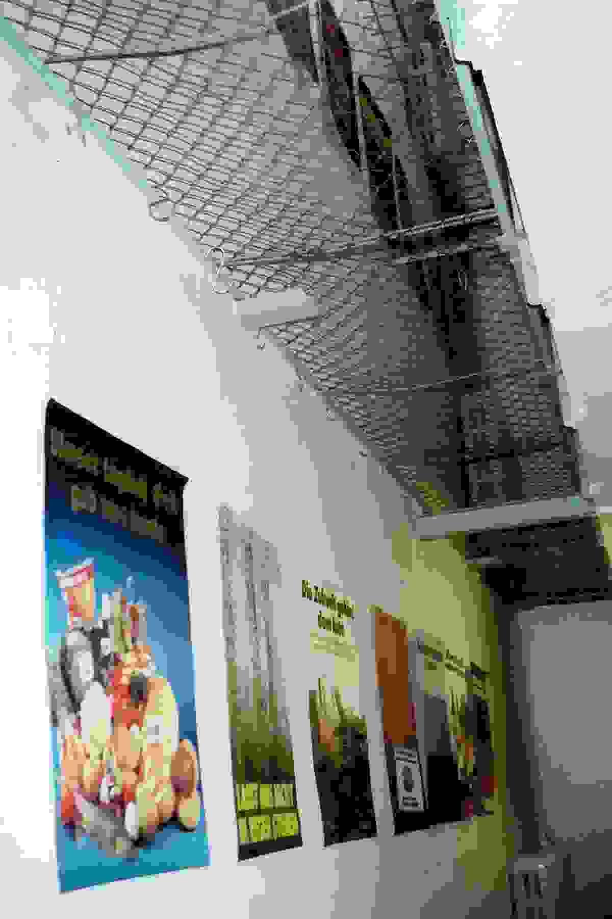 Das ehemalige Gefängnis wird zur Ausstellungsfläche: Die Plakate im ehemaligen Hafthaus Otto-Nuschke-Straße, heute Lindenstraße, 1990